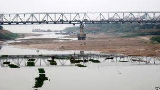 """Nhiều đoạn trên sông Hồng bị cạn nước vào năm 2009. Đề án """"thủy lộ xuyên Á trên sông Hồng kết hợp thủy điện"""" đang gây lo lắng về môi trường ở Việt Nam. Ảnh: EPA"""
