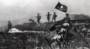 Bộ đội phất cờ trên nóc hầm của tướng De Castries. Nguồn: internet