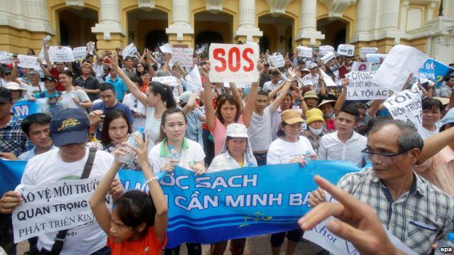 Người dân Hà Nội xuống đường biểu tình vụ cá chết, ngày 1/5/2016. Nguồn: EPA
