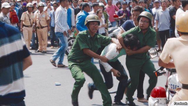Chính quyền huy động đông đảo các lực lượng để ngăn, vây bắt người biểu tình. Ảnh: Facebook