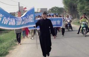 Linh mục JB Nguyễn Đình Thục và giáo dân Giáo Xứ Song Ngọc GP Vinh biểu tình đòi biển sạch - tôm cá sạch. Ảnh: Facebook