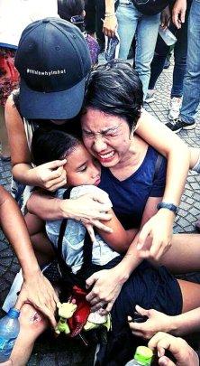 Bức ảnh bà Hoàng Mỹ Uyên đi biểu tình bị đánh dã man lan truyền nhanh kỷ lục trên mạng xã hội facebook. (Hình: Facebook)