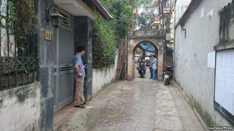 Thiếu tá Nguyễn Thế Thanh (bên trái) cùng 2 nhân viên an ninh khác canh chừng tôi bên ngoài nơi tôi ăn sáng. Ảnh: Lê Anh Hùng.