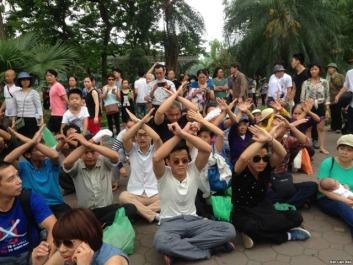 Người dân Hà Nội tọa kháng Chủ Nhật vừa qua. Nguồn: internet