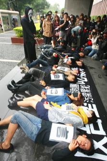 Những nhà bảo vệ môi trường ở Đài Loan biểu tình phản đối trước trụ sở công ty Formosa Plastics ngày 26/11/2012. Nguồn: CNA