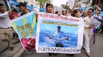 Biểu tình vụ cá chết hàng loạt ở Hà Nội ngày 1/5/2016. Ảnh: EPA
