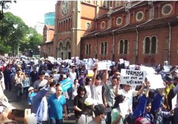 Người dân Sài Gòn xuống đường đòi môi trường sạch và chính phủ minh bạc. Nguồn: internet