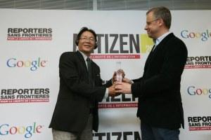 Blogger Huỳnh Ngọc Chênh (trái) nhận giải thưởng Netizen từ ông Christophe Deloire, Tổng thư ký tổ chức Phóng viên Không Biên Giới hôm 12/3/2013 tại Paris. Ảnh: AFP
