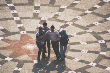 Người đàn ông cô đơn bị an ninh giải đi. Nguồn: FB Bùi Dzũ