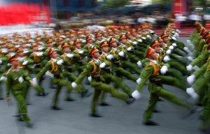 Công an diễu hành kỷ niệm 40 năm chiến tranh kết thúc hồi năm ngoái. Nguồn: Dita Alangkara/Associated Press