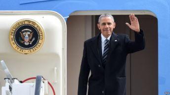 Tổng thống Obama vẫy chào từ Air Force One. Ảnh: EPA
