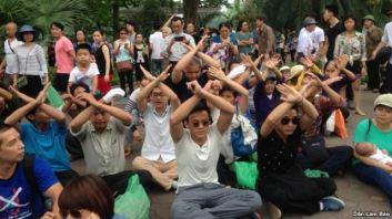 Người dân tọa kháng trước UBND TP Hà Nội. Ảnh: DLB
