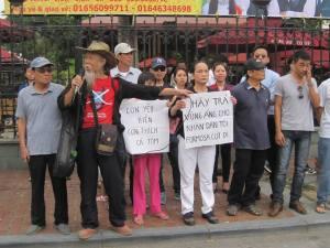 Ảnh: Cụ Tạ Trí Hải trong cuộc biểu tình ngày 1/5 tại HN. Nguồn: FB