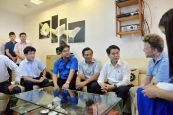 Ông Nguyễn Đức Chung cho rằng, hành động của anh James Joseph là việc làm thiết thực. Ảnh: báo DT