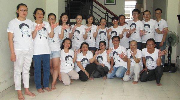 Đại gia đình Trần Huỳnh Duy Thức mặc áo in hình của anh, để bày tỏ thái độ ủng hộ việc làm của người thân. (Hình: Nhật Bình/Người Việt)