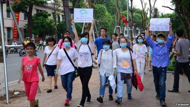 Người biểu tình Việt Nam xuống đường ở Hà Nội. Ảnh: Facebook