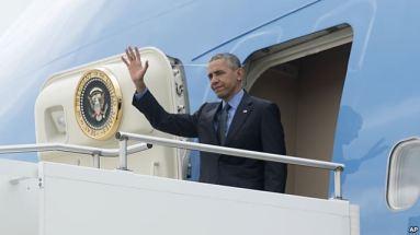 Tổng thống Hoa Kỳ vẫy chào từ Air Force One. Ảnh: AP
