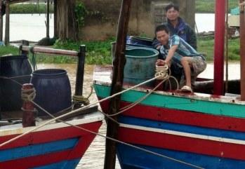 Ngư dân Thanh Hóa với tàu đánh cá của họ. Ảnh minh họa chụp tháng 10/2013. AFP Photo