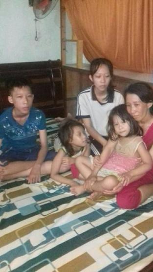 Trần Thị Thanh Loan và bốn người con. Trần Thị Thanh Loan bị kết án ba năm tù. Bà đã nộp đơn kháng cáo. Chồng bà, ông Hồ Trung Lợi, đang thi hành bản án hai năm tù. Ảnh: HRW/ Internet