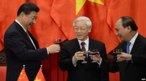 Từ trái: Chủ tịch Trung Quốc Tập Cận Bình, Tổng Bí thư Đảng Cộng sản Nguyễn Phú Trọng, và Thủ tướng Việt Nam Nguyễn Xuân Phúc. Ảnh: EPA