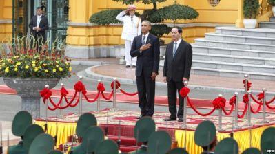 Tổng thống Barack Obama (trái) và Chủ tịch nước Trần Đại Quang (phải) duyệt đội danh dự tại Phủ Chủ tịch, Hà Nội, Việt Nam, ngày 23 tháng 5 năm 2016. Ảnh: EPA