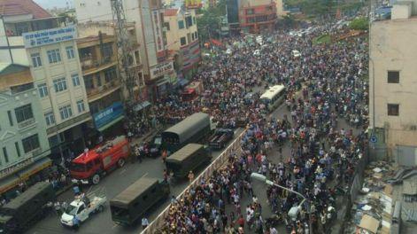 Người dân Sài Gòn đổ ra đường đón TT Obama tối 24/5/2016. Nguồn: Thao Joy/ BBC
