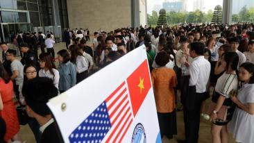 Cảnh thanh niên chờ vào Trung Tâm Hội Nghị Mỹ Đình (Hà Nội) để nghe tổng thống Mỹ Obama nói chuyện ngày 24/05/2016. Nguồn: Reuters