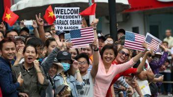 Người dân ở TpHCM chờ đón Tổng thống Obama, ngày 24/5/2016. Ảnh: EPA