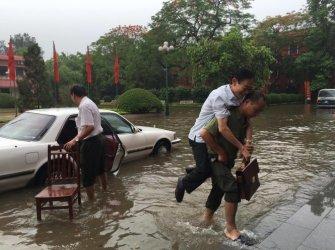Ông Nguyễn Ngọc Niên, Tổng biên tập báo Nhà báo và công luận của Hội Nhà báo Việt Nam, được cõng qua chỗ ngập - Ảnh: FB