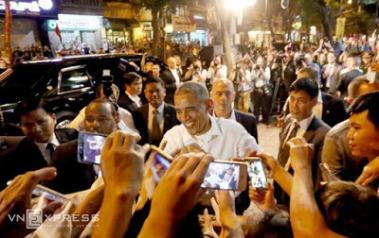 Người dân chào đón ông Obama. Ảnh: VnExpress