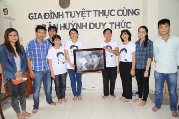 Gia đình và bạn bè anh Trần Huỳnh Duy Thức đồng hành tuyệt thực cùng anh tại nhà riêng. Ảnh: Nguyễn Phương.