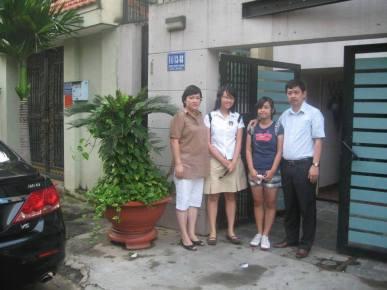 Anh Trần Huỳnh Duy Thức, vợ và các con gái. Ảnh: Dân Luận