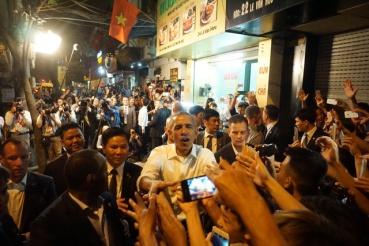 TT Obama trong vòng vây của người dân Hà Nội. Ảnh: internet