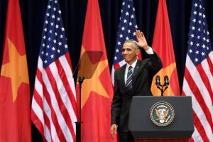 TT Obama sau khi nói chuyện ở Mỹ Đình, Hà Nội. Ảnh: REUTERS/Kham
