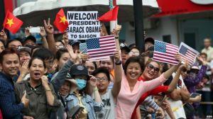Người dân ở Sài Gòn chào đón Tổng thống Obama, ngày 24/5/2016. Ảnh: EPA