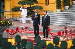 Chủ tịch nước Trần Đại Quang và Tổng thống Obama tại lễ đón chính thức. Ảnh: Nguyễn Khánh/ báo Tuổi Trẻ.