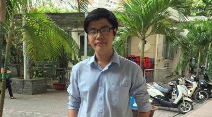 Trần Hoàng Phúc khi trả lời phỏng vấn của Người Việt. (Hình: Việt Hùng/Người Việt)