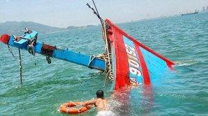 Một trong số hàng trăm tàu đánh cá của ngư dân Việt Nam đã bị Trung Quốc đâm chìm trên Biển Đông. (Hình: Zing)