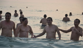 Lãnh đạo Đà Nẵng tắm biển. Nguồn: clip Zing