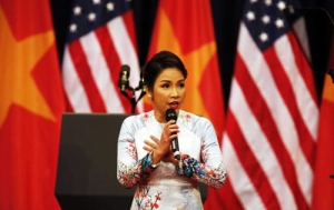 Ca sĩ Mỹ Linh trong phần trình bày Quốc Ca tại buổi lễ. Ảnh: Vietnamnet