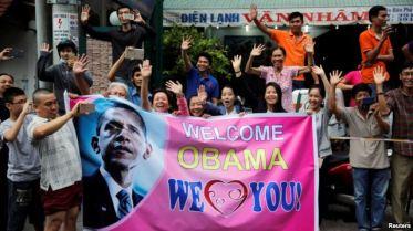 Người dân Sài Gòn chào đón Tổng thống Obama, ngày 24/5/2016. Ảnh: Reuters.