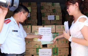 Phó chánh Thanh tra Bộ Y tế Nguyễn Văn Nhiên (trái) kiểm tra lô hàng trước khi tiêu huỷ - Ảnh: Trần Ngọc Kha