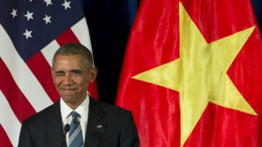 TT Obama nháy mắt khi ông đến buổi họp báo với CTN Trần Đại Quang hôm 23/5/2016. Ảnh: AP