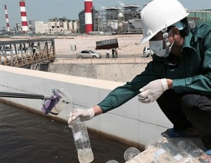 Lấy mẫu nước để thử. Nguồn: vea.gov.vn