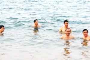 Giám đốc Sở TN-MT Hà Tĩnh tắm biển, ăn hải sản ở Thiên Cầm. Ảnh: báo Zing