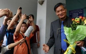 Tiến sĩ Nguyễn Quang A rời cuộc họp tham vấn với người dân địa phương tại Hà Nội vào ngày 9 tháng 4 năm 2016. Photo: AFP