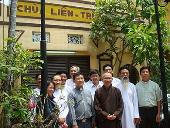 Hòa thượng Thích Không Tánh (áo nâu) tại chùa Liên Trì. Nguồn: Nguyễn Mạnh Hùng