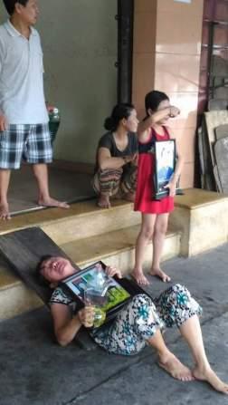 Hình ảnh trước cửa ngôi nhà bị cưỡng chế. Em Võ Như Quỳnh là người mặc đồ đỏ. Nguồn: FB Khanh Nguyễn