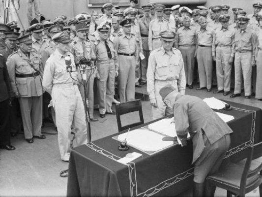 Tướng MacArthur tiếp nhận quân Nhật đầu hàng. Ảnh: Internet.