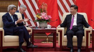 Ngoại trưởng Hoa Kỳ John Kerry (trái) trao đổi với Chủ tịch Trung Quốc Tập Cận Bình (phải) tại Đại Lễ đường Nhân dân sau vòng 8 Đối thoại Kinh tế và Chiến lược Mỹ - Trung, ngày 7 tháng 6 năm 2016. Ảnh: Reuters.